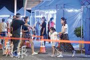 大埔新達廣場服務處24歲女職員感染L452R變種病毒株,她居住的大埔中心第10座昨晚被圍封強檢,居民陸續到樓下的臨時檢測帳篷接受檢測。(鍾林枝攝)