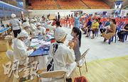 泰國布吉島為準備在7月1日迎接外國旅客,居民周一陸續前往接種中國製的科興新冠疫苗。(路透社)