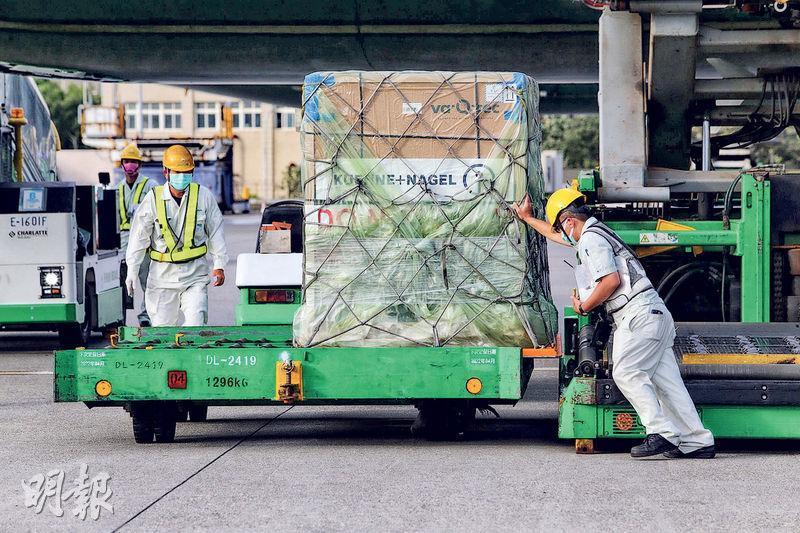 41萬劑莫德納疫苗昨日由長榮航空載運抵台。台灣疫情指揮中心表示,這批疫苗為多劑型包裝,每瓶10人份。(中央社)