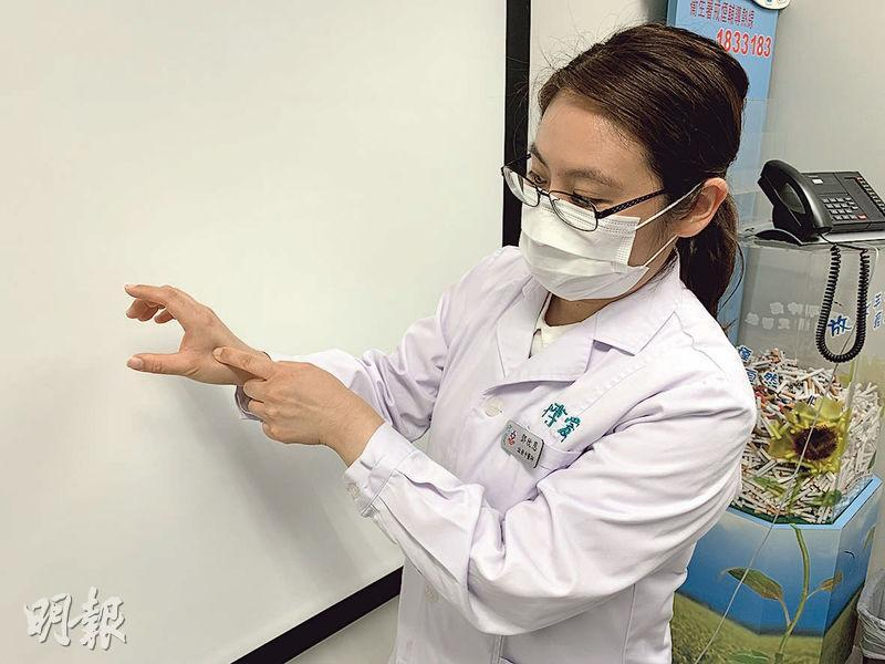 博愛醫院一級醫師鄧欣恩稱,中醫針灸戒煙的穴位包括手部「合谷」(圖中手指按壓位置),有助改善腸胃不適或便秘,戒煙者可自行用手按壓,為時5至10分鐘,每按壓5秒,再放鬆5秒。(丘萃瑩攝)
