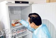香港中華醫學會會董楊超發的診所有藥用雪櫃,現時存放了科興新冠病毒疫苗和其他疫苗。他說,雪櫃有不同格存放不同疫苗,即使在同一診所同時提供科興和復必泰兩種疫苗,都不擔心會有混亂。(朱安妮攝)