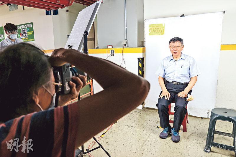 台北近日爆發群聚疫情的環南市場昨日再大規模核酸檢測,市長柯文哲(圖)到場視察,他接受檢測後拍照存證。(中央社)