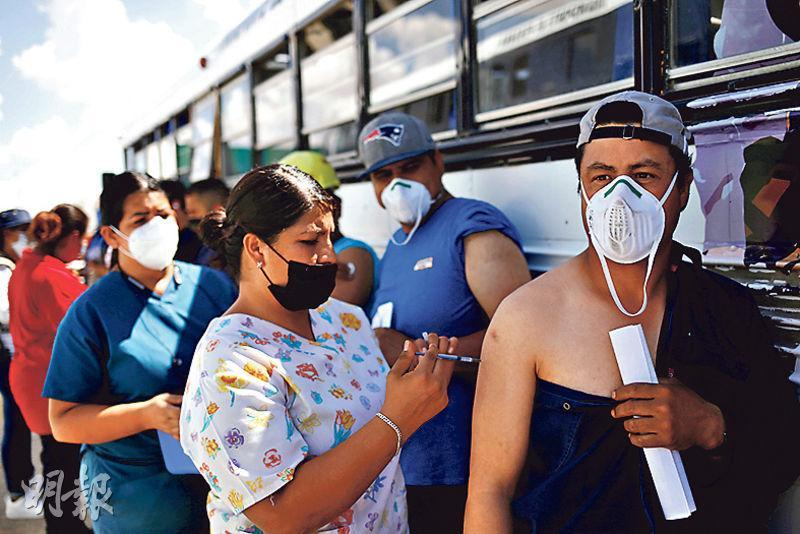 墨西哥奇瓦瓦州華雷斯城一間工廠的工人周一輪候接種BioNTech-牛津疫苗。該國官員期望擴大疫苗覆蓋率可助遏止新冠病例。(路透社)