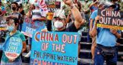 中菲南海仲裁案裁決5周年之際,數百名菲律賓民眾昨日在中國駐馬尼拉大使館外舉行抗議活動,要求中國尊重南海裁決,離開菲國海域。(路透社)
