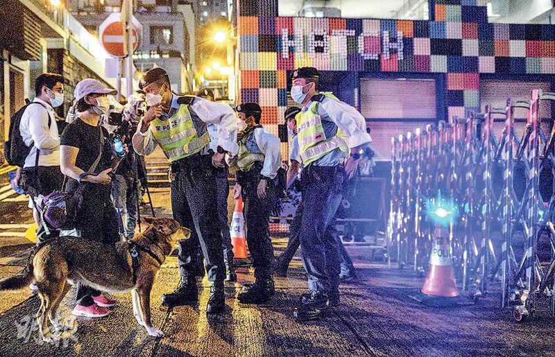 政府昨圍封尚賢居,有警員在附近馬路拉起鐵閘。(馮凱鍵攝)