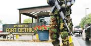 內地逾百萬網民呼籲,世衛應對美國德特里克堡生物實驗室溯源調查;中國外交部亦指摘美方對德特里克堡生物實驗室有關疾病溯源問題上諱莫如深。圖為2002年9月26日,美國陸軍持槍在德特里克堡生物實驗室外站崗。(資料圖片)
