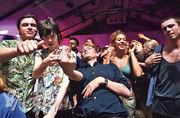 英格蘭地區周一起解除防疫措施,倫敦有民眾隨即在周一凌晨到夜店慶祝。(路透社)