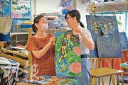 班主任兼視覺藝術科老師伍靜儀(左)認為,陳佩妍(右)較文靜,只要有人給予鼓勵與動力助她一把,就能發揮所長。伍老師曾邀請佩妍參與各類繪畫比賽,獲得不少獎項。(賴俊傑攝)