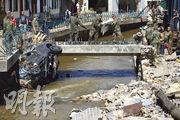 德國西部部分地區上周三(14日)錄得百年一遇的降雨量,引發洪災。北萊茵-威斯特法倫邦的災區本周三仍滿目瘡痍,當局出動軍人協助清理。(路透社)
