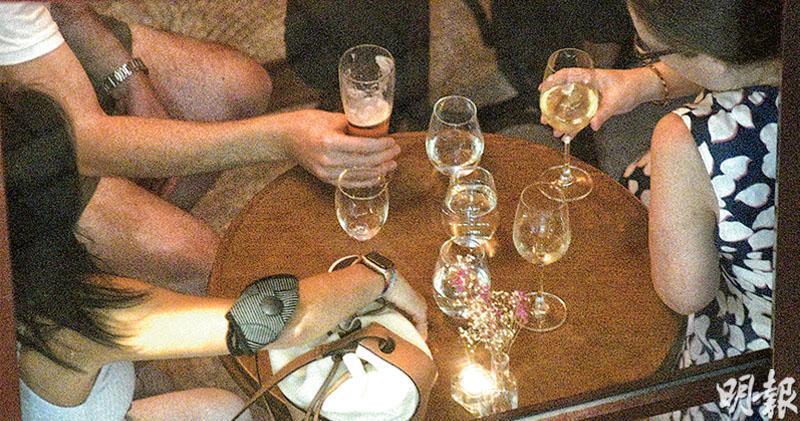 目前市民進入酒吧須接種疫苗,並使用「安心出行」應用程式。公務員事務局長聶德權昨日表示,不排除日後要打針才能進入指定處所。圖為中環蘇豪區的酒吧。(馮凱鍵攝)