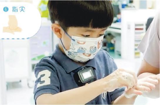 開學在即,聯合醫院團隊製作防疫短片,讓學童重溫正確洗手和戴口罩方法。團隊提醒應以潔手七式洗手最少20秒,並留意指尖、指隙及拇指等位置。(聯合醫院短片截圖)