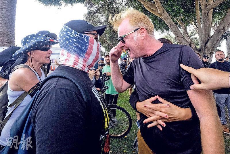 美國加州城市聖莫尼卡周日有反疫苗民眾示威,抗議強制接種新冠疫苗,現場有立場相反的民眾與之對峙。(法新社)