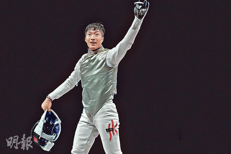 劍擊港將張家朗在奧運男子花劍個人賽勇奪金牌,以15:11勇挫衛冕意大利隊名將加羅素(Daniele Garozzo),摘下港劍壇歷史第一金。