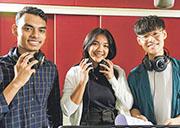 城大推出英文版校歌,請嚟唔同國籍嘅學生同校友合唱,代表校園有多元文化。左起:Md Tanjeeb Hossain、Molo Myka Marie Juliana Mabuyog及劉信行。(城大提供)