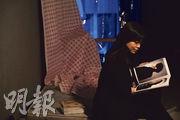 香港中文大學中國語言及文學系副教授黃念欣最近也常聽Mirror的歌曲,她說發現歌曲有別於一般情歌,確實有驚喜,更拉着兒子陪她一起收聽歌曲、收看節目。(朱安妮攝)
